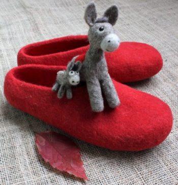 Rote Wollfilz Hausschuhe mit Filzfiguren