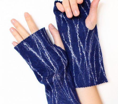 armstulpen blau, angezogen auf die Hände