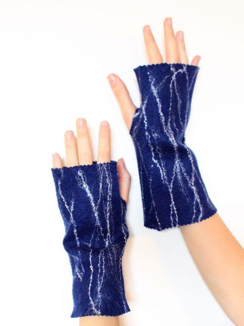 handschuhe fingerlos blau, angezogen auf die Hände