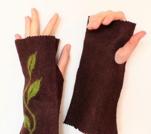 handschuhe fingerlos braun, angezogen auf die Hände