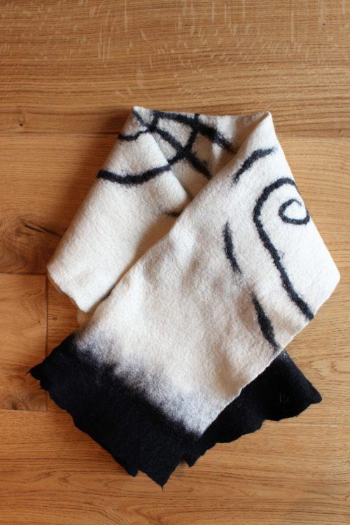 Wollschal schwarz-weiß aus Filz