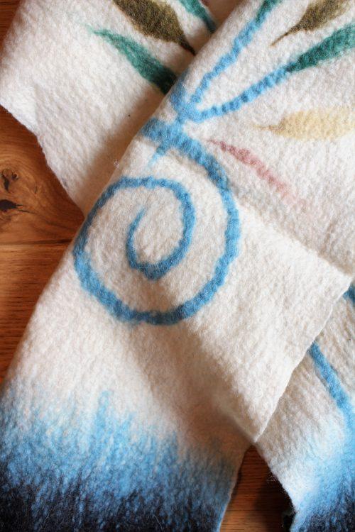 Schal mit blauem Muster