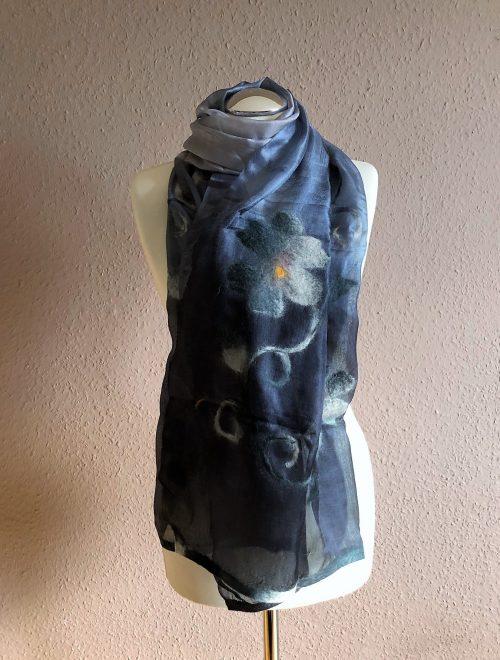 Schal aus Seide grau